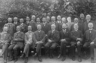 Bild: Das Management der Mansfeldischen Kupferschiefer Bauenden Gewerkschaft. Dieses Bild ist gemeinfrei, weil seine urheberrechtliche Schutzfrist abgelaufen ist.