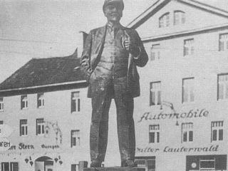 Bild: Das Lenindenkmal in Eisleben kurz nach der Aufstellung. Historische Aufnahme aus dem Jahre 1945. Dieses Bild ist gemeinfrei, weil seine urheberrechtliche Schutzfrist abgelaufen ist.