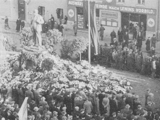 Bild: Kundgebung am Lenindenkmal von Eisleben. Historische Aufnahme aus den 1950er Jahren. Dieses Bild ist gemeinfrei, weil seine urheberrechtliche Schutzfrist abgelaufen ist.