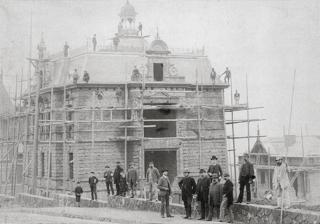 Bild: Fotografische Aufnahme vom Bau der Villa des Kaufmannes und Unternehmers Heinrich Friemann in Eisleben im Jahre 1890. Dieses Bild ist gemeinfrei, weil seine urheberrechtliche Schutzfrist abgelaufen ist.