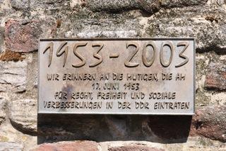 Bild: Gedenktafel am Andreaskirchplatz in der Lutherstadt Eisleben (Aufnahme Juli 2011 von Bert Ecke).