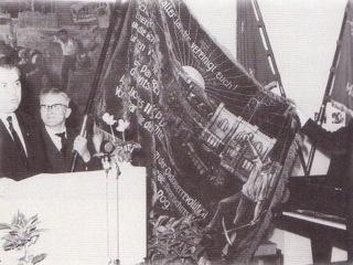 Bild: Übergabe der Fahne von Kriwoi Rog an das Museum für Deutsche Geschichte in Berlin.