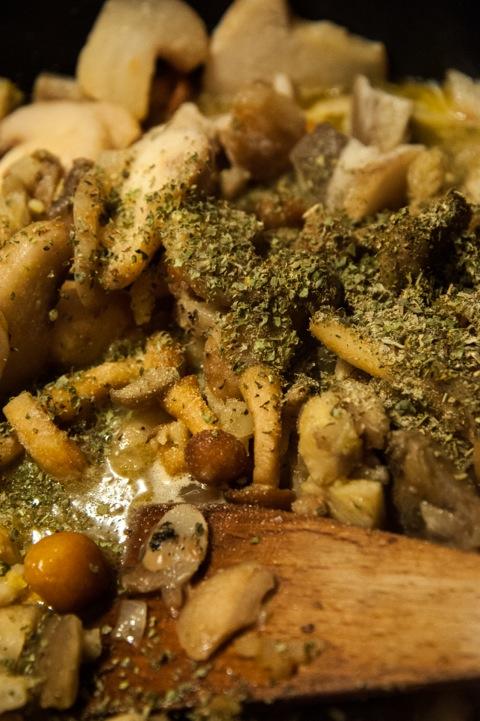Bild: Die Waldpilze mit Wildgewürz oder Kräutern der Provence, frisch gemahlenem Pfeffer, Salz und etwas Knoblauch würzen.