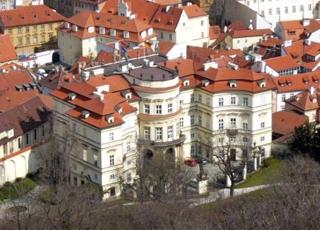 Bild: Die Deutsche Botschaft in Prag im Lobkovický Palác. Das Bild ist Public Domain.