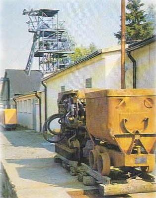 Bild: Im Besucherbergwerk Grube Glasebach bei Straßberg im Harz. Auf dem Bild sind eine Grubenbahn und der Förderturm zu sehen. Bild © Museum Grube Glasebach.