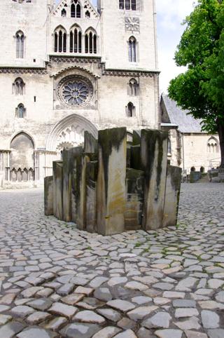Bild: Die Skulptur STEINE DER ERINNERUNG am Westportal des Domes zu Halberstadt.