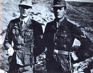 Bild: Major Leigh-Felmore und Captain Moss in deutschen Uniformen unmittelbar vor der Entführung Heinrich Kreipes. Dieses Bild ist gemeinfrei, weil seine urheberrechtliche Schutzfrist abgelaufen ist.
