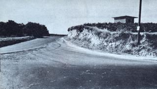 Bild: Die Kreuzung an der Straße von Archanes nach Knossos/Heraklion, auf der die Entführung des Genaralmajors Heinrich Kreipes stattfand. Dieses Bild ist gemeinfrei, weil seine urheberrechtliche Schutzfrist abgelaufen ist.