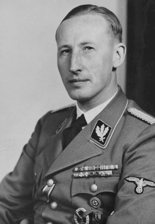 Bild Reinhard Heydrich. Bild: Under the licence of Commons:Bundesarchiv. Bundesarchiv, Bild 146-1969-054-16 / Hoffmann, Heinrich / CC-BY-SA.