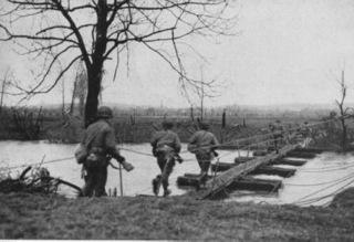 Bild: US Infanterie setzt bei Hückelhoven über die Rur. Dieses Bild wurde von einem Mitglied der United States Army während dessen Ausführung seiner Dienstpflichten erstellt. Als eine Arbeit der US-Regierung ist dieses Bild public domain.