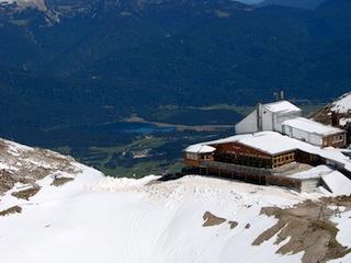 Bild: Die Bergstation der Seilbahn von Mittenwald zum Karwendelmassiv - ohne Drahtseil keine Seilbahnen. Diese Seile überspannen eine Länge von 2.486 Meter und helfen einen Höhenunterschied von 1.316 Meter zu überwinden. Was wäre unsere Welt ohne Ingenieure und die Menschen, die bereit sind deren Ideen umzusetzen?