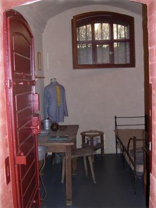 Bild: Blick in eine Gefängniszelle aus historischer Zeit im Kriminaltechnischen Panoptikum in Aschersleben.