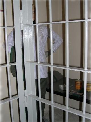 Bild: Blick in eine Gefängniszelle des ehemaligen Untersuchungsgefängnisses Aschersleben. In einer solchen Zelle wurden in der DDR Untersuchungshäftlinge untergebracht, die sich den Regeln des Strafvollzuges widersetzten. Der Häftling musste den ganzen Tag über im Stehen verbringen. Eine Beschäftigung war verboten. Erst abends wurde ein Brett und eine Decke ausgegeben, so dass sich der Gefangene eine notdürftige Schlafstelle bauen konnte.