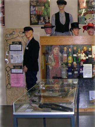 Bild: Verschiedene Ausstellungsstücke des Kriminaltechnischen Panoptikums in Aschersleben.