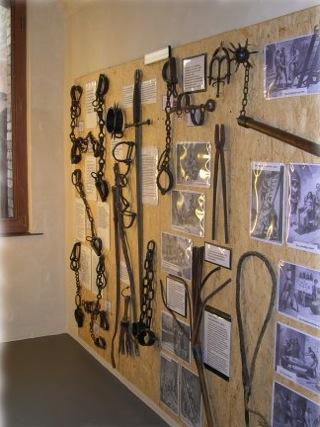 Bild: Mittelalterliche Folterwerkzeuge. Im Mittelalter brauchte man zur Aburteilung vermeintlicher Straftäter Geständnisse. Mit Hilfe der Tortur gestand letztlich jeder alles. Die Kriminaltechnik, die ja Beweise liefert, entwickelte sich erst viel später.
