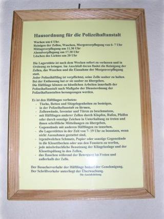 Bild: Haus- und Verhaltensordnungen für Häftlingszellen.