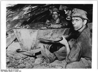 Bild: Kumpel des VEB MANSFELDKOMBINAT WILHELM PIECK bei der Arbeit unter Tage 1952. Bild: This file is licensed under the Creative Commons Attribution-Share Alike 3.0 Germany license.