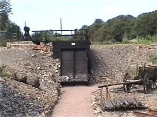 Bild: Kläubestall für Kupfererz. In diesen Kläubeställen wurde das taube Gestein manuell vom metallhaltigen Gestein getrennt.
