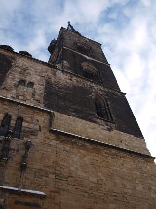 Bild: Der Südturm der Kirche St. Stephani in Aschersleben ragt bis in eine Höhe vom 80,8 Meter hinauf.