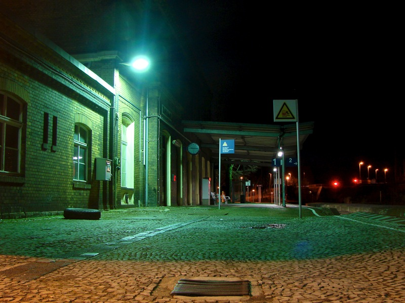 Auf dem Bahnhof von Hettstedt bei Nacht.