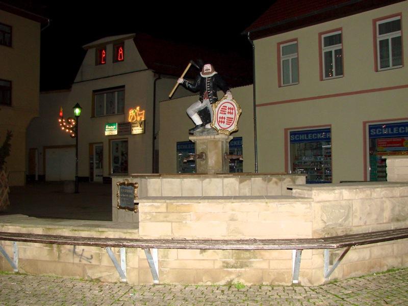 Gerbstedt - Das Denkmal KAMERAD MARTIN bei Nacht.