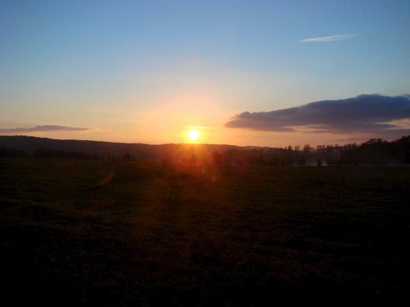Friedrichsbrunn - Sonnenaufgang über den herbstlichen Wäldern des Harzes.