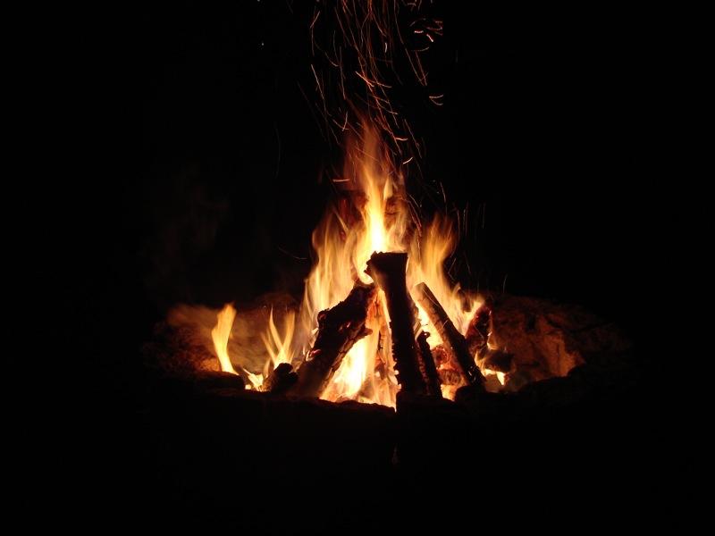 Lagerfeuer bei Nacht.