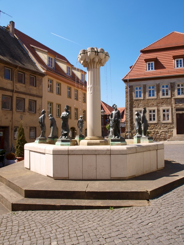 Bild: Eisleben - Der Knappenbrunnen an der Alten Bergschule.
