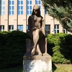 Bild: Eisleben - Das Denkmal LERNENDE an der ehemaligen ZWEIJAHRESSCHULE.