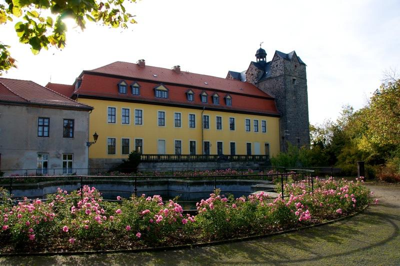 Blick aus dem Schlosspark auf das Schloss zu Ballenstedt im Harz.