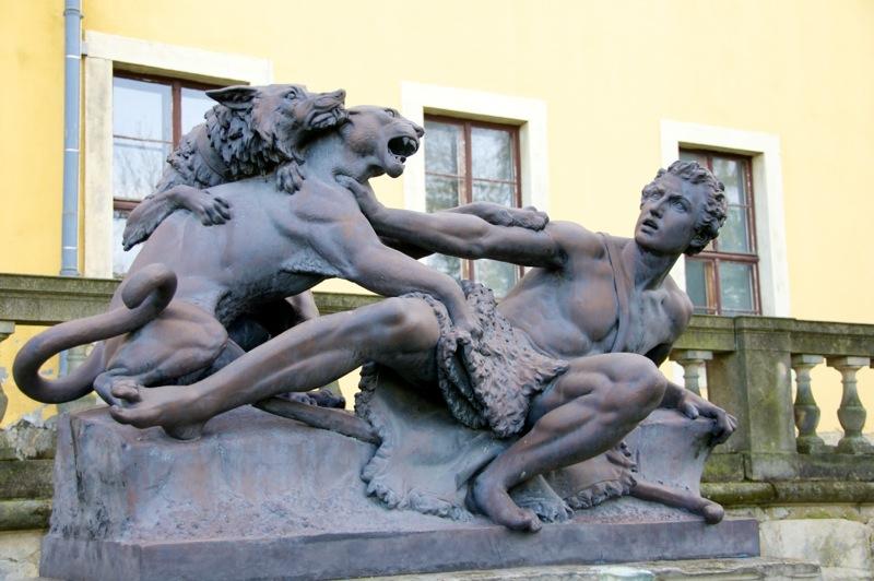 Denkmal am Schloss zu Ballenstedt.