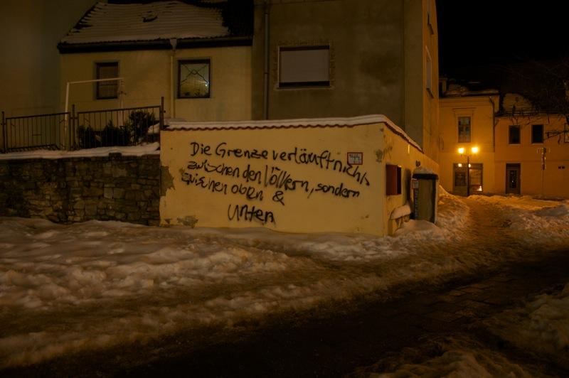 Bild: Die ungeschminkte Wahrheit - Graffiti an einer Mauer in der Nähe des Johannisturmes