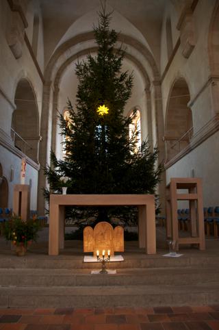 Bild: Blick in den Altarraum der Stiftskirche auf dem Petersberg bei Halle an der Saale. Aufnahme vom Januar 2011.