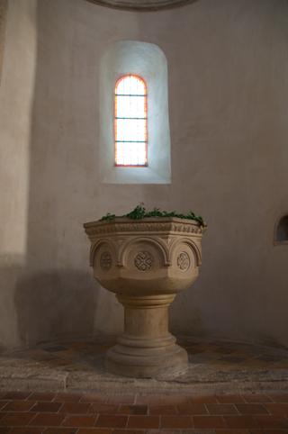 Bild: Das Taufbecken der Stiftskirche auf dem Petersberg bei Halle an der Saale.