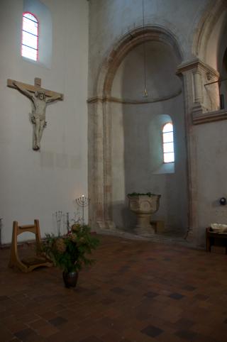 Bild: Blick auf Taufbecken und Kruzifix.