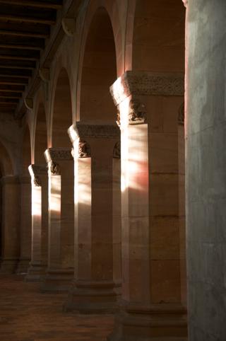 Bild: Die Stützsäulen auf der Südseite im Lichtspiel der Wintersonne.