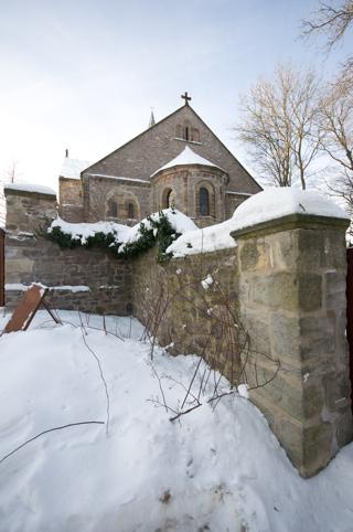 Bild: Die Stiftskirche auf dem Petersberg bei Halle an der Saale vom Eingang zum historischen Friedhof aus gesehen.