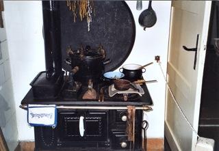 Bild: ... in der auf dem Kohleherd meist ein Topf mit heißem Wasser stand.