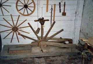 Bild: Vorrichtung zum Bau von Wagenrädern aus Holz eines Stellmachers.