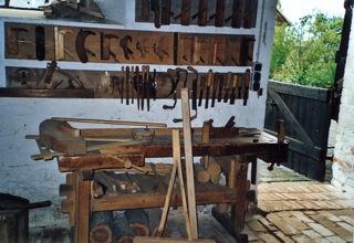 Bild: Auch der Stellmacher war wichtig, denn er baute und reparierte Wagenräder.
