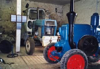 Bild: ... der Bauern und steigerte die Produktivität in der Landwirtschaft, so wie dieser ZT300 im Bildhintergrund aus den Jahren der DDR.
