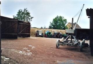Bild: Der Einsatz moderner Maschinen, wie Traktoren, erleichterte die Arbeit ...
