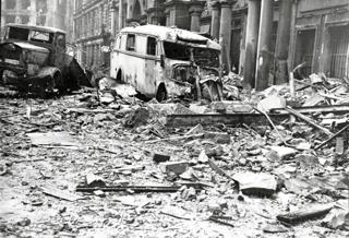 Bild: Zerstörungen nach einem Bombenangriff auf Berlin im Februar 1945. Bild: Deutsches Bundesarchiv (German Federal Archive), Bild 183-J31347.