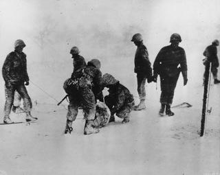 Bild: US Soldaten beim Verlegen von Stacheldraht in Geilenkirchen. Dieses Bild wurde von einem Mitglied der United States Army während dessen Ausführung seiner Dienstpflichten erstellt. Als eine Arbeit der US-Regierung ist dieses Bild public domain.
