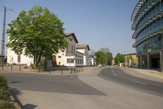 Bild: Der Bahnhof der Lutherstadt Eisleben. Straßenseite. Rechts ist das Finanzamt zu sehen. Aufnahme vom April 2011.