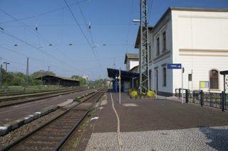 Bild: Der Bahnhof der Lutherstadt Eisleben. Schienenseite. Blick in Richtung Westen bzw. Sangerhausen. Aufnahme vom April 2011.