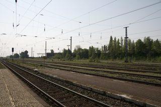 Bild: Der Bahnhof der Lutherstadt Eisleben. Schienenseite. Blick in Richtung Osten bzw. Helfta. Aufnahme vom April 2011.