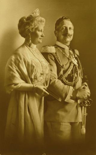 Bild: Kaiser Wilhelm II. und die Kaiserin Auguste Viktoria im Jahre 1910. Dieses Bild ist gemeinfrei, weil seine urheberrechtliche Schutzfrist abgelaufen ist.