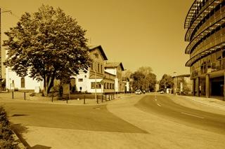 Bild: Der Bahnhof der Lutherstadt Eisleben. Aufnahme © 2011 by Birk Karsten Ecke. Rechts ist das moderne Finanzamt zu sehen.