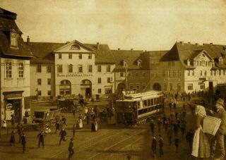 Bild: Die elektrische Kleinbahn auf dem Plan von Eisleben. Fotografie von Anfang des 20. Jahrhunderts. Dieses Bild ist gemeinfrei, weil seine urheberrechtliche Schutzfrist abgelaufen ist.